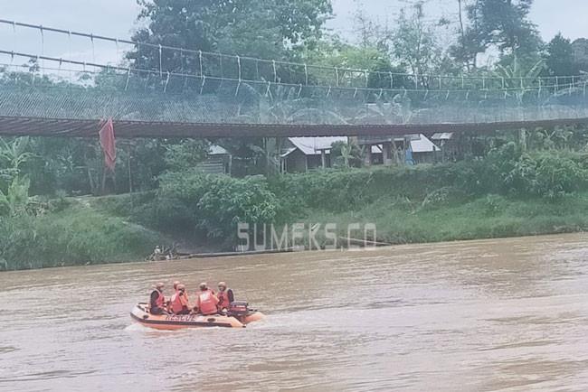 Diterjang Angin Kencang hingga Terlempar dari Atas Jembatan, Asmuda Belum Ditemukan - JPNN.com
