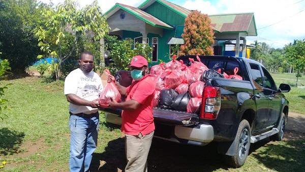 Tokoh Muda Papua Ini Salurkan Bantuan Sosial untuk Warga Terdampak Covid-19 - JPNN.com