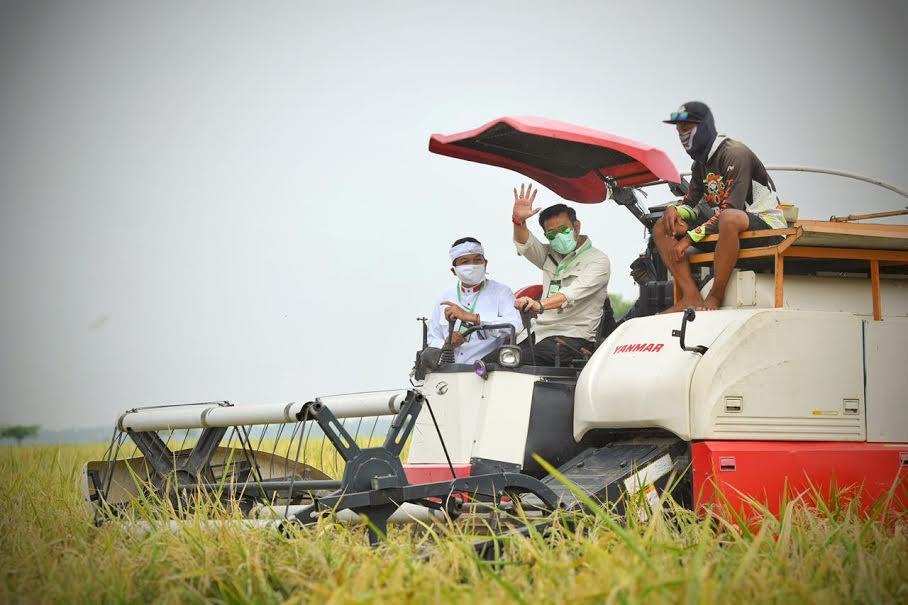 Kunjungi Karawang, Mentan Panen Padi untuk Pastikan Pangan Aman - JPNN.com