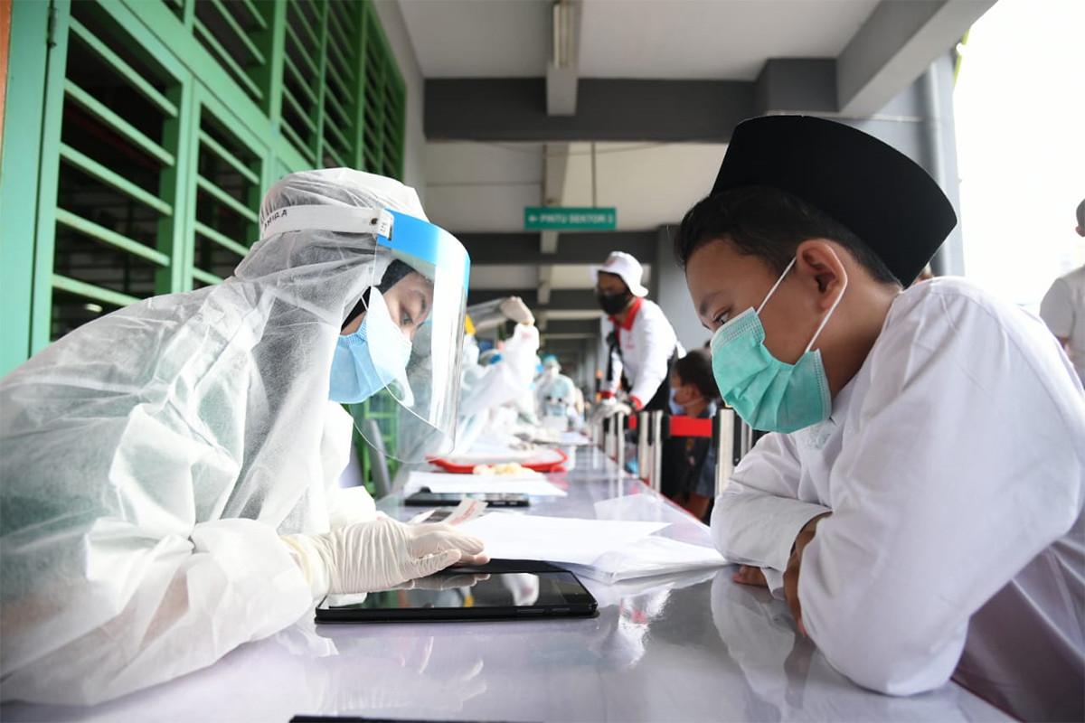 Ribuan Santri Ikut Rapid Test Corona di Bekasi - JPNN.com
