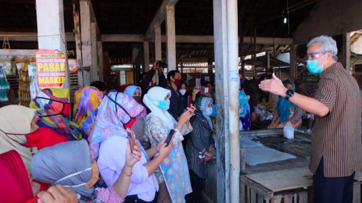 Pak Ganjar Lega, Ada 2.000 Pedagang Patuh Terhadap Rencana Penutupan Pasar - JPNN.com