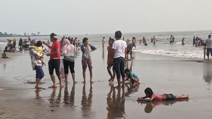 Pantai Anyer-Cinangka Ramai Diserbu Wisatawan, Seolah-olah Tidak Ada Apa-apa - JPNN.com