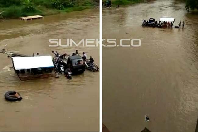 Rakit Bermuatan Sepeda Motor dan Mobil Terbalik di Sungai Musi - JPNN.com