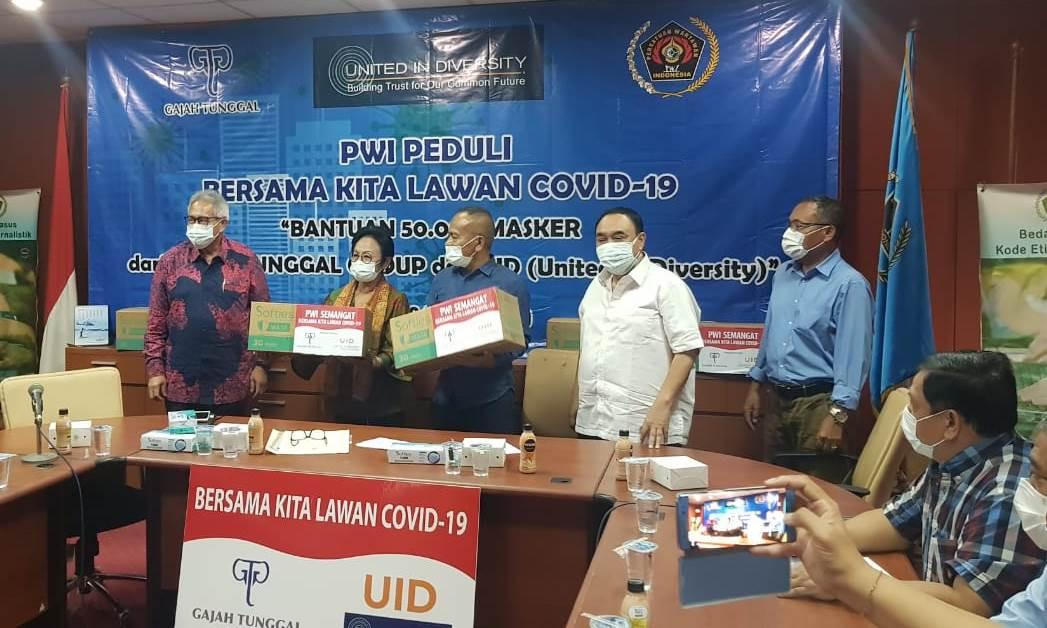 Gajah Tunggal Group Menyerahkan Bantuan 50 Ribu Masker ke PWI - JPNN.com