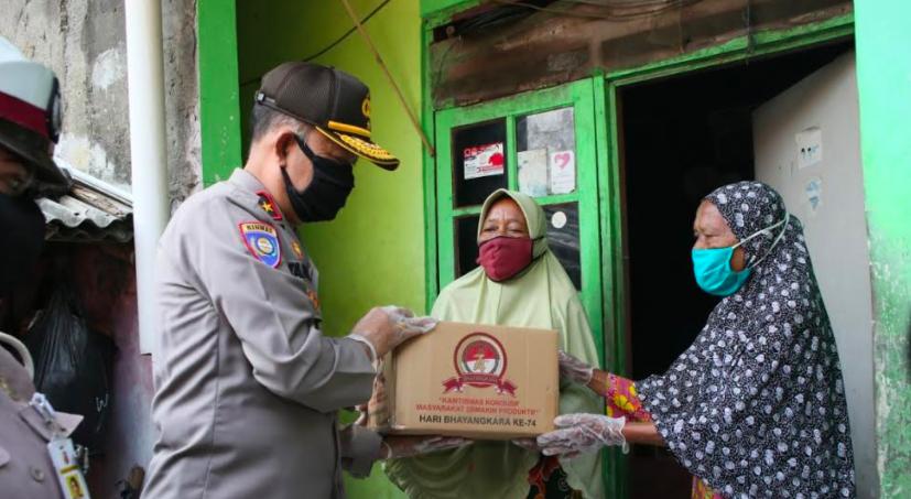 Jelang HUT Bhayangkara, Para Perwira Polri Ini Bawa Bantuan untuk Buruh Harian - JPNN.com