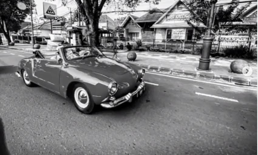 Ridwan Kamil Ajak Ibunda Berkeliling Kota Bandung Naik Mobil Klasik - JPNN.com