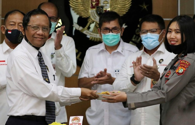 Serahkan Potongan Tumpeng ke Polwan, Pak Mahfud Ajak Publik Tak Segan Kritisi Polri - JPNN.com
