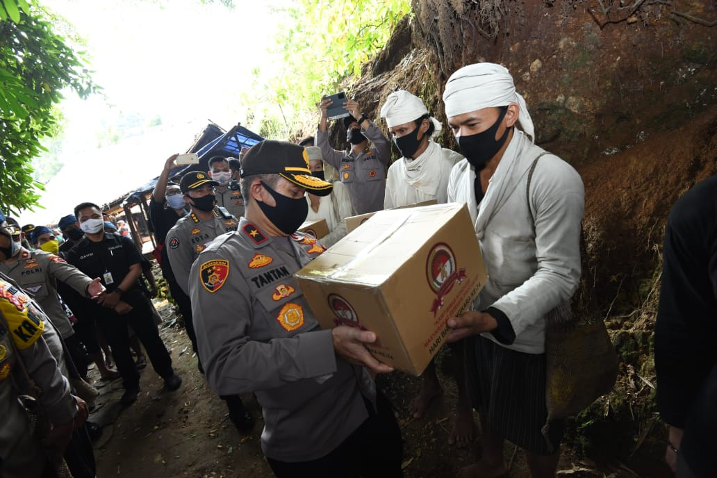 Kakorlantas-Kapolda Banten Bagikan Sembako, Dukung Produktivitas Ekonomi Suku Badui - JPNN.com