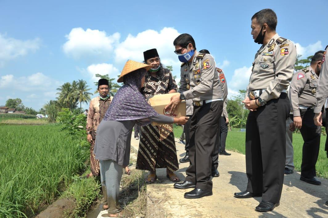 Pengasuh Ponpes Alif Ba Banjarnegara Bilang Begini Terima Ribuan Paket Sembako dari Polri - JPNN.com