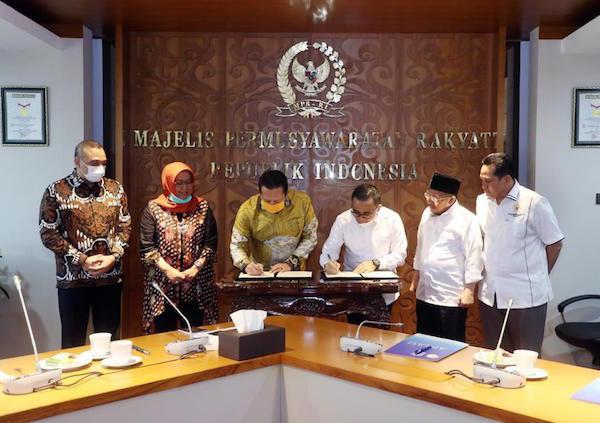 MPR RI dan APKASI Tandatangani MoU Sosialisasi Empat Pilar MPR RI - JPNN.com