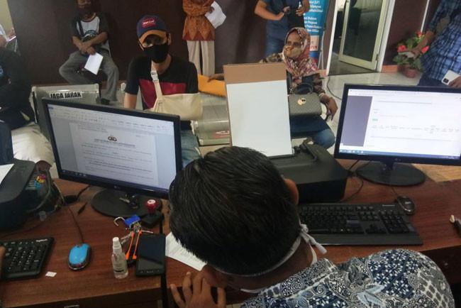 Lagi Nongkrong, Ricky Septiawan Dikeroyok Tiga Bersaudara Pakai Pedang, Tangan Nyaris Putus - JPNN.com