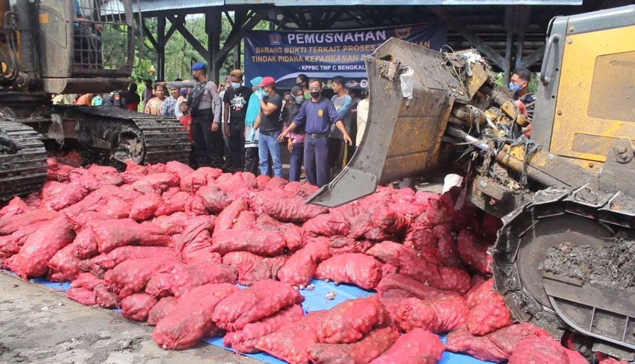 Bea Cukai Bengkalis Musnahkan 11 Ton Bawang Merah Ilegal - JPNN.com