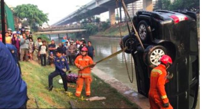 Mobil Keluarga Ustaz Jalil Tercebur di Kalimalang, Istri Meninggal, Anak Belum Ketemu - JPNN.com