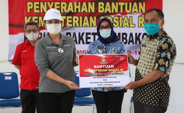 Grace Batubara Salurkan Bantuan Paket Sembako Kepada Warga di Cirebon - JPNN.com