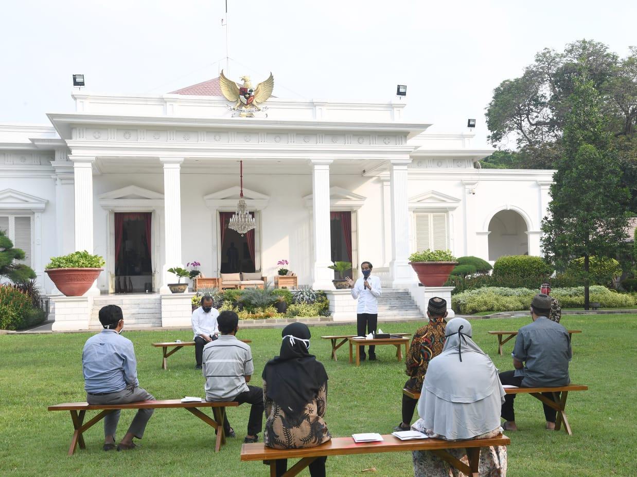 Serahkan Bantuan Modal ke Pedagang Kecil, Jokowi: Saya Tahu Ini Berat - JPNN.com