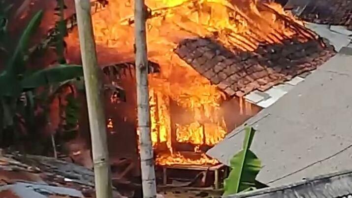 Pesantren di Bogor Terbakar, Motor Santri Ikut Gosong - JPNN.com