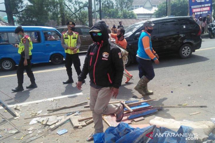 Instruksi Ade Yasin: Warung di Rest Area Puncak Bogor Dirobohkan - JPNN.com