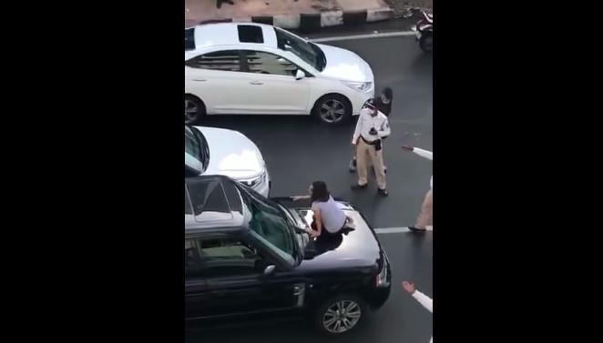 Pergoki Suami Bawa Wanita Selingkuhan, Istri Murka Naik ke Atas Kap Mobil di Tengah Jalan - JPNN.com