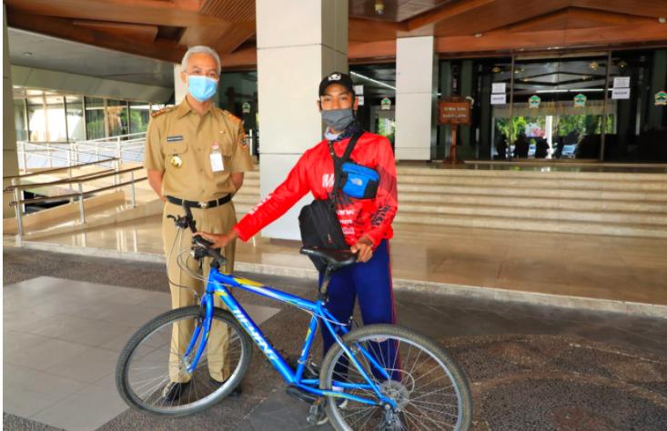 WOW! Aris Setyawan Nekat Bersepeda 192 KM Demi Bertemu Pak Ganjar - JPNN.com