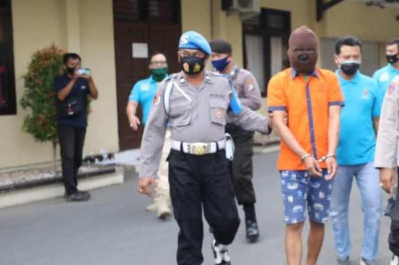 Pria yang Mengaku Anggota Polisi Ini Melakukan Perbuatan Terlarang, Nih Fotonya - JPNN.com