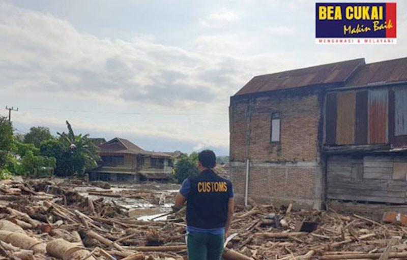 Peduli Sesama, Bea Cukai Salurkan Bantuan untuk Korban Banjir Luwu Utara - JPNN.com