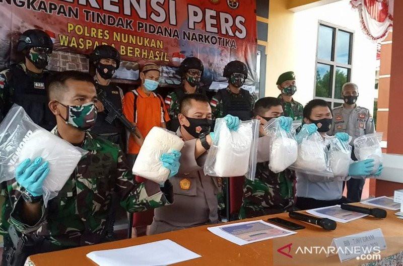 Kardus Milik Pak Dosen Dibongkar Prajurit TNI, Isinya Mengejutkan, Parah! - JPNN.com