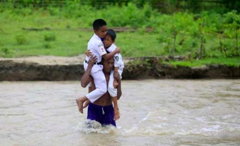 Lihat Perjuangan Guru dan Murid Setiap Hari Basah-Basahan Seberangi Sungai Menuju Sekolah - JPNN.com