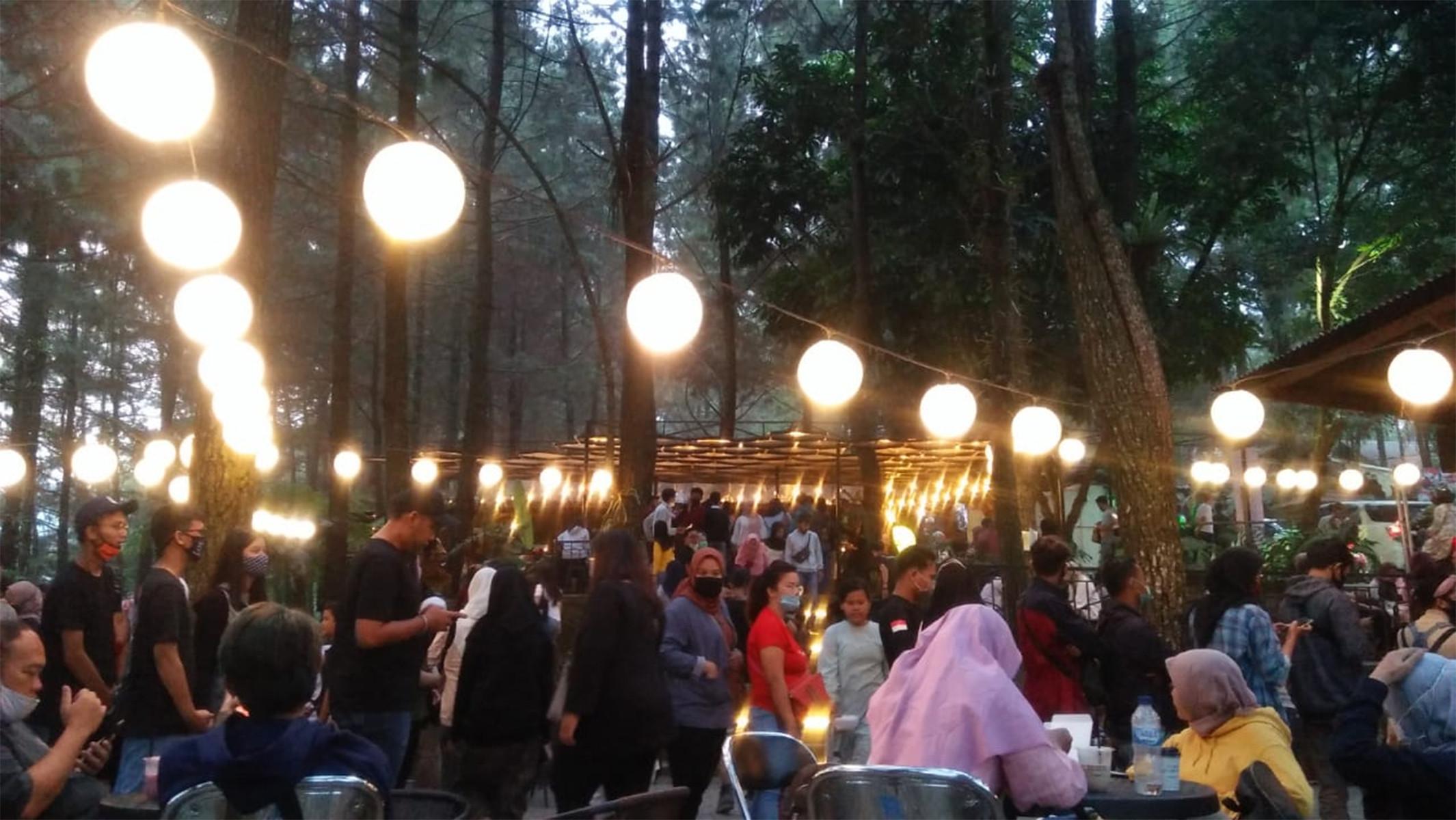 Gila! Di Bogor Hari Ini, Berjam-jam Antre dan Berdesakan Untuk Minum Kopi - JPNN.com
