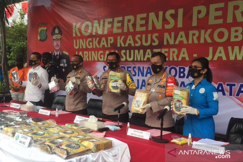 HS dan NK Mendapat Kiriman Buku LKS, Isinya Tak Diduga, Hanya Kamuflase - JPNN.com