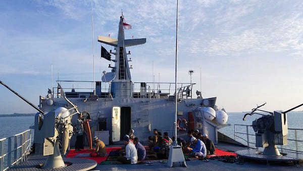 Prajurit KRI Karang Pilang-981 Laksanakan Salat IdulAdha 1441 H di Medan Operasi - JPNN.com