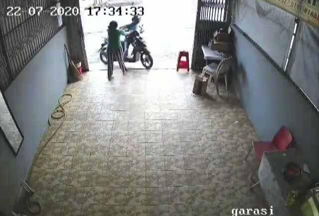 Video Viral Aksi Heroik ART Melawan Pelaku Curanmor - JPNN.com
