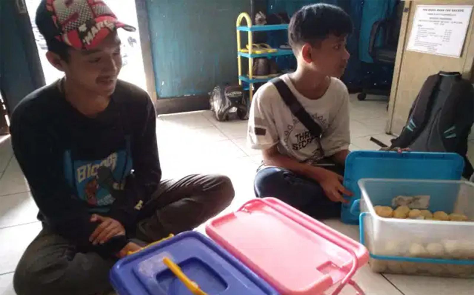Anak SMP Itu Keliling Kota Jualan Onde-Onde, Demi Beli Ponsel Buat Belajar Daring - JPNN.com