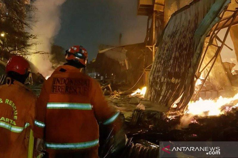 18 Jam Kebakaran Menghancurkan Pabrik Mebel di Cakung Jaktim - JPNN.com