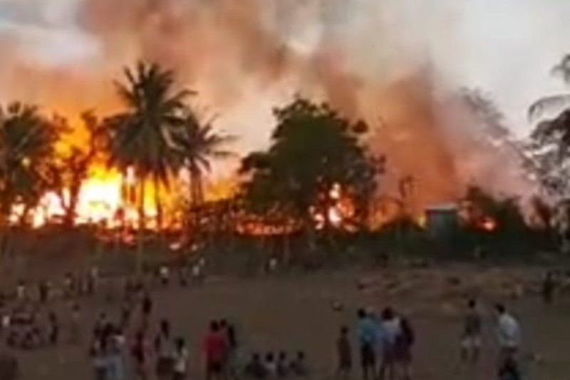 Api dengan Cepat Membakar Puluhan Rumah di Kampung Adat Sumba Barat - JPNN.com