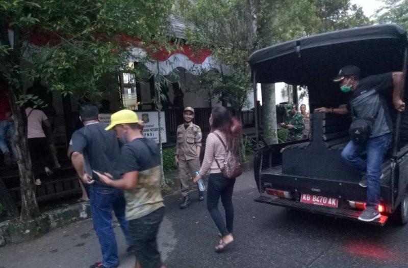 Dua ABG Kepergok di Kamar Hotel, Digelandang Satpol PP, Lihat Fotonya - JPNN.com