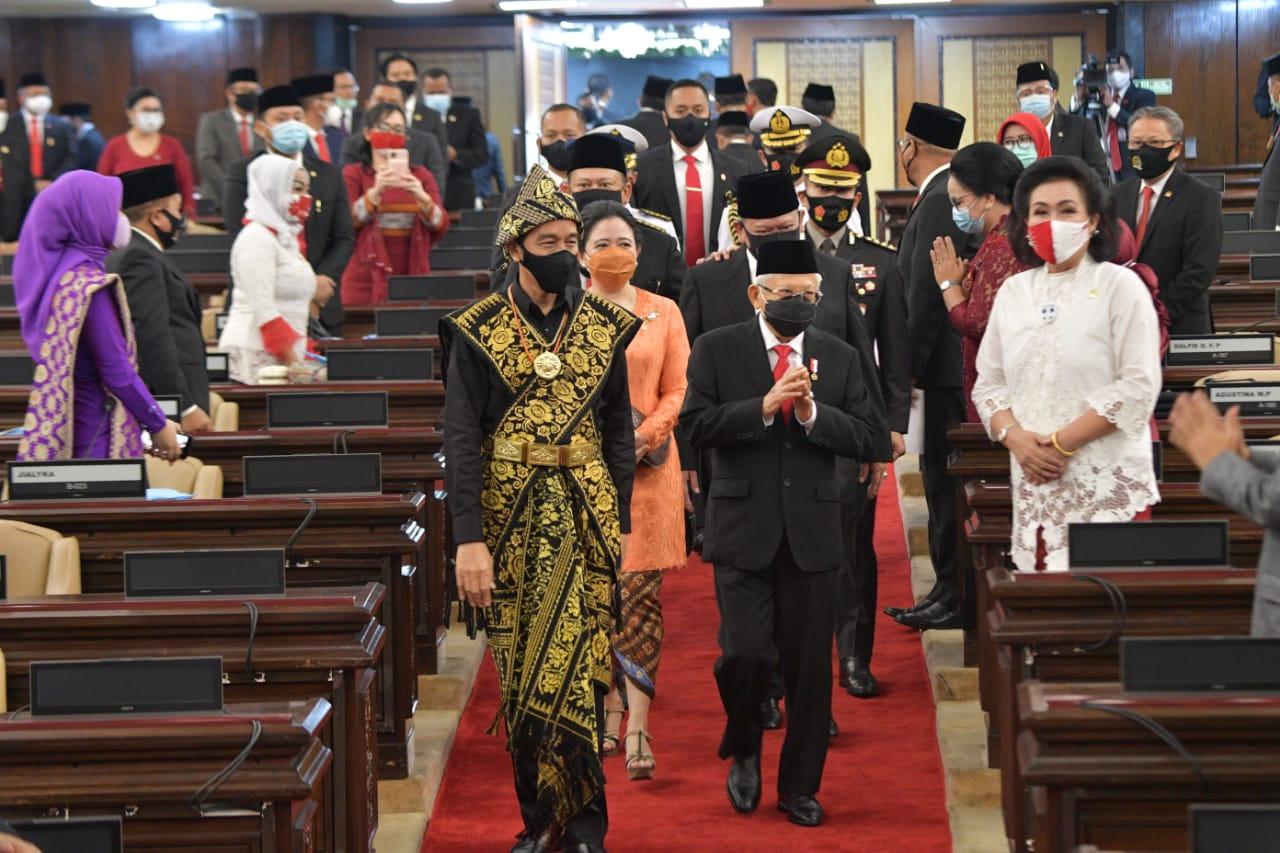 Jokowi Pakai Baju Adat, Ma'ruf Mengenakan Setelan Jas - JPNN.com