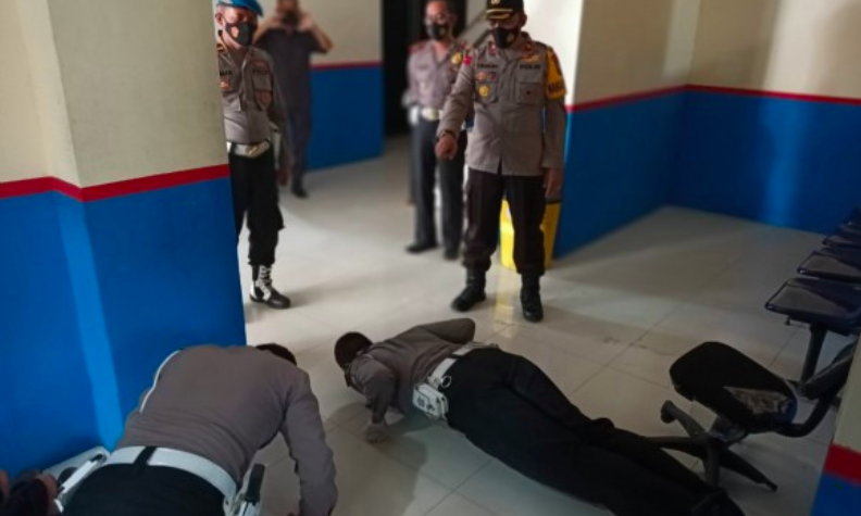 Lihat Nih, Wakapolres sedang Menghukum Polisi yang Langgar Protokol Kesehatan - JPNN.com