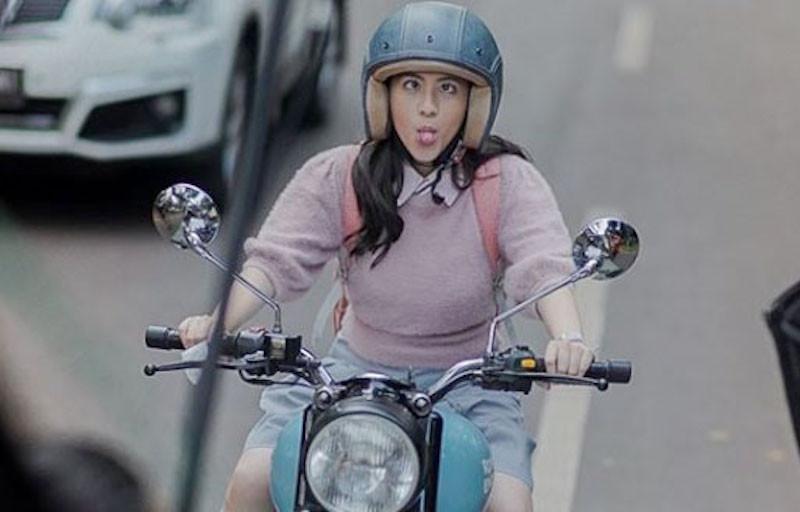 Lihat Nih Gaya Adhisty Zara Sedang Naik Moge, Cantik Enggak? - JPNN.com