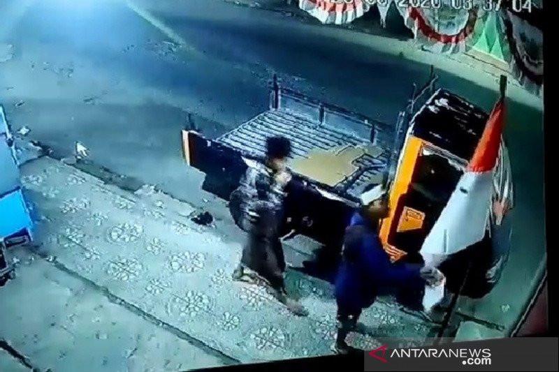 Pemuda Sontoloyo Melakukan Perbuatan Tak Patut Ditiru, di Pinggir Jalan, Terekam CCTV - JPNN.com