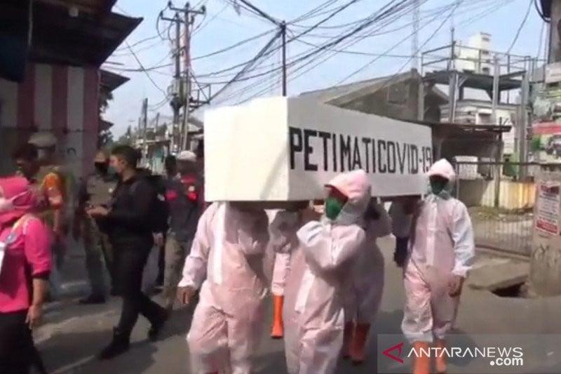 Menakut-nakuti Warga, Anak Buah Anies Baswedan Gotong Peti Mati Keliling Kampung - JPNN.com