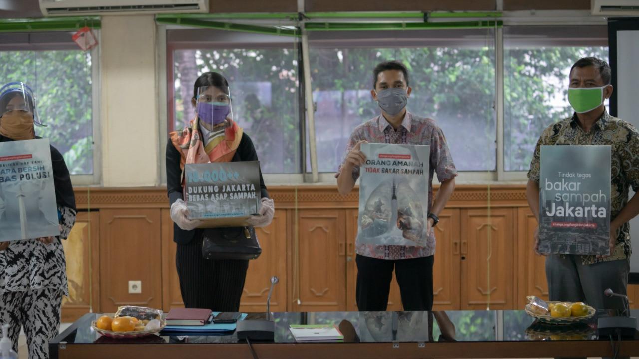 Koalisi Langit Biru Jakarta Serahkan Petisi kepada DLH Pemprov DKI - JPNN.com