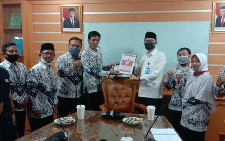 Guru Honorer Non K2 Sujud Syukur Bisa Ikut Tes PPPK 2021 - JPNN.com