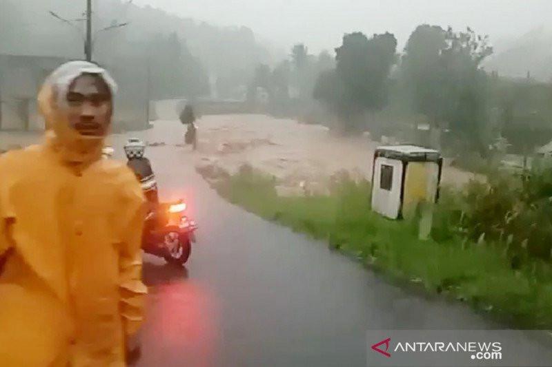 Hujan Ekstrem di Bogor, Jembatan Ambruk dan Sejumlah Warga Sempat Tertimbun Longsor - JPNN.com
