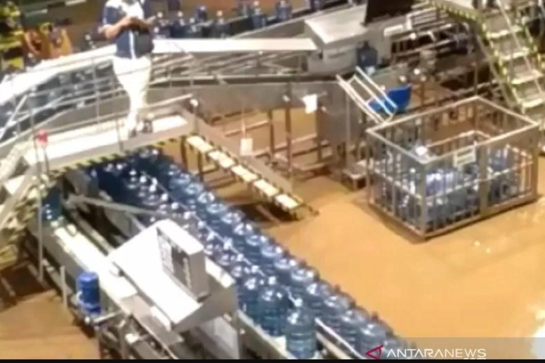 Banjir Terjang Pabrik Aqua di Sukabumi - JPNN.com