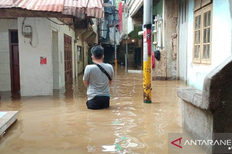 Pagi-pagi Warga Kebon Pala Jaktim Disambut Banjir - JPNN.com