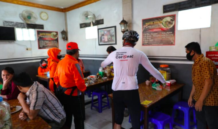 Pemilik Warung Terkejut, Baru Datang, Pak Ganjar Langsung Berbenah Kursi dan Meja - JPNN.com