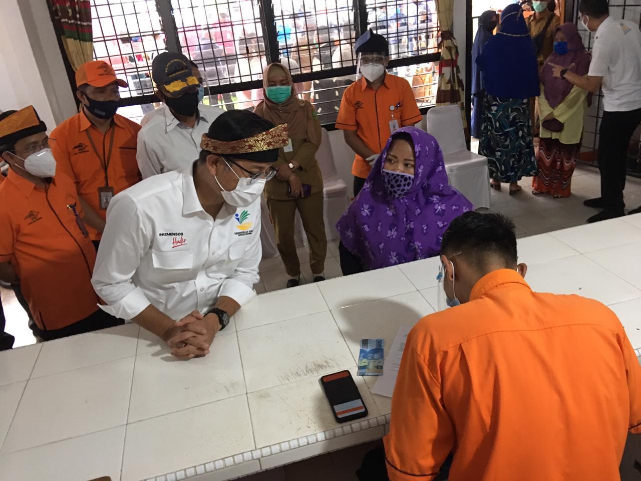 Kunjungi Natuna, Mensos Salurkan BST di Kantor Pos Ranai - JPNN.com