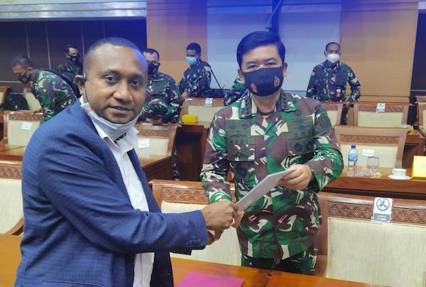 Yan Mandenas Minta Panglima TNI Segera Bentuk Tim Investigasi Gabungan - JPNN.com