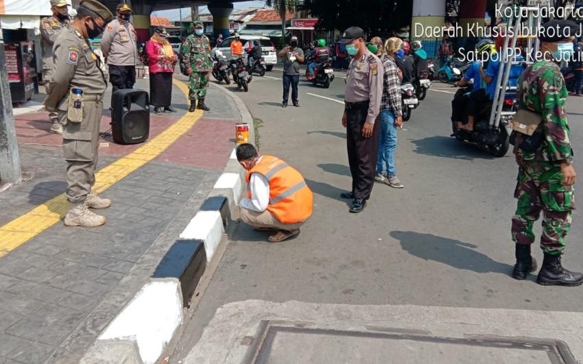 Tak Pakai Masker di Kampung Melayu, Siap-siap Dapat Sanksi Ini - JPNN.com