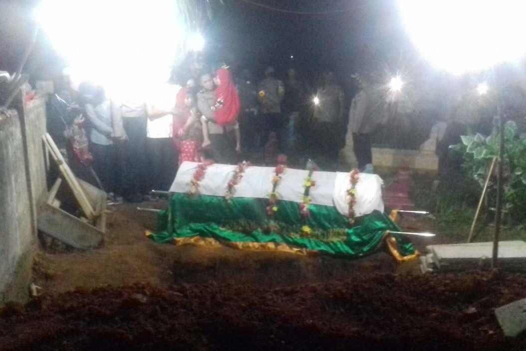 Tembakan Salvo dan Ratusan Anggota Polisi Iringi Pemakaman Polwan Cantik Bripka Anina - JPNN.com